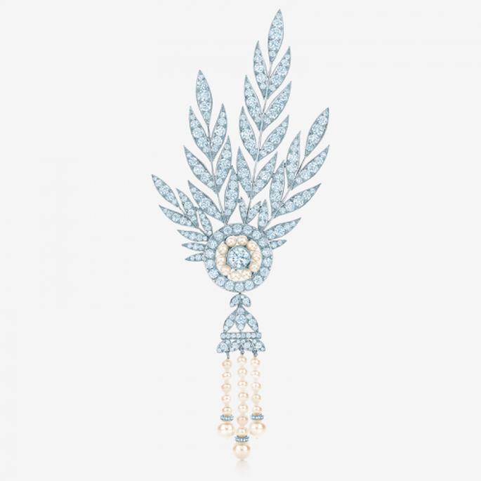 Tocado con incrustaciones de diamantes y perlas para novia con estilo retro - Foto Tiffany & Co. Facebook