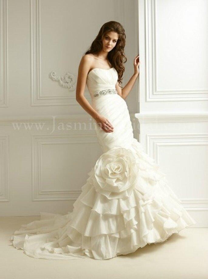 Trägerloses Brautkleid im Meerjungfrauen-Stil mit auffälliger Blumen-Applikation von Jasmine Bridal aus der Kollektion 2012. Modell: F469