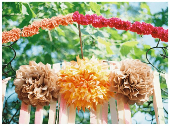 Decoración con borlas de papel en colores divertidos para ceremonia religiosa - Foto Anne Roberts Photography