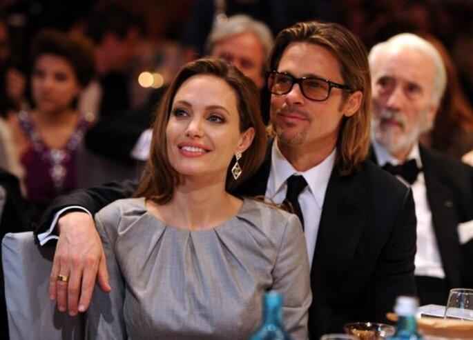 Angelina Jolie junto a Brad Pitt celebrando en una ceremonia - Foto: image.net