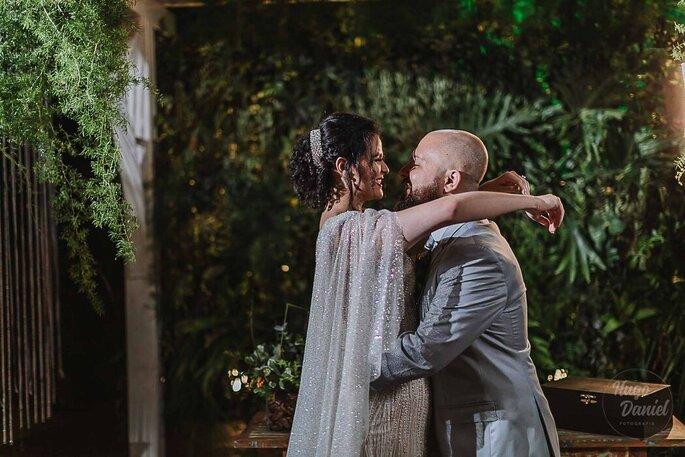 Noivos trocam carícias durante o ensaio pós-casamento