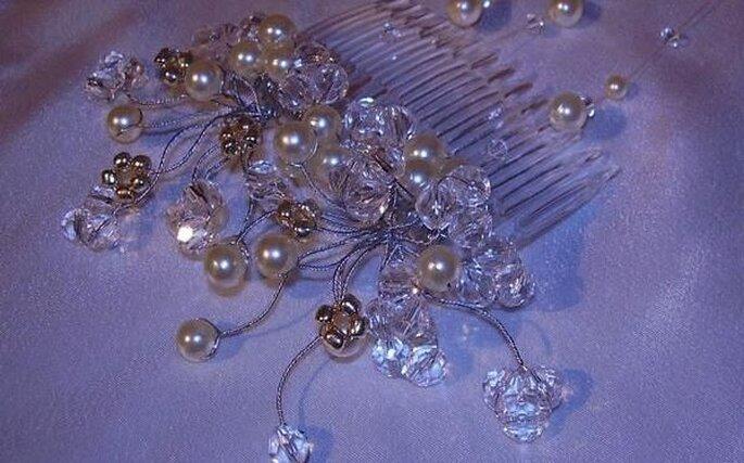 Peineta con pequeñas perlas y detalles metalicos