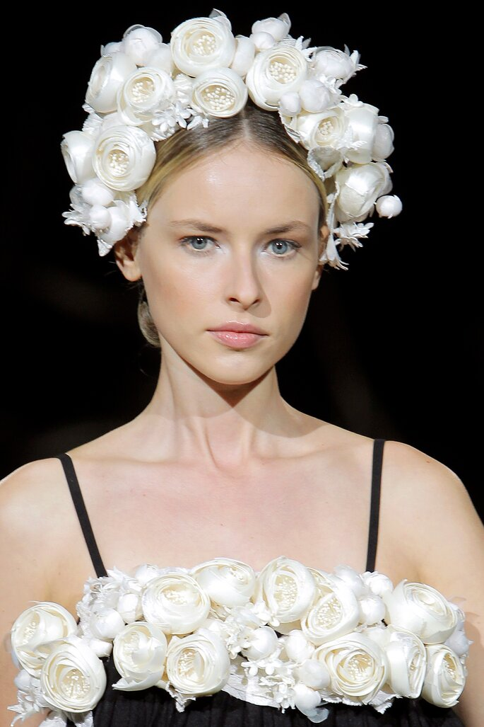 Tocado para novia tipo diadema con flores blancas