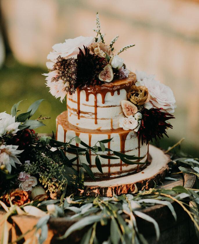 Naked Cake con cubierta de caramelo y decorada con flores naturales