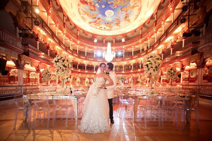 Recién casados posando en gran salón
