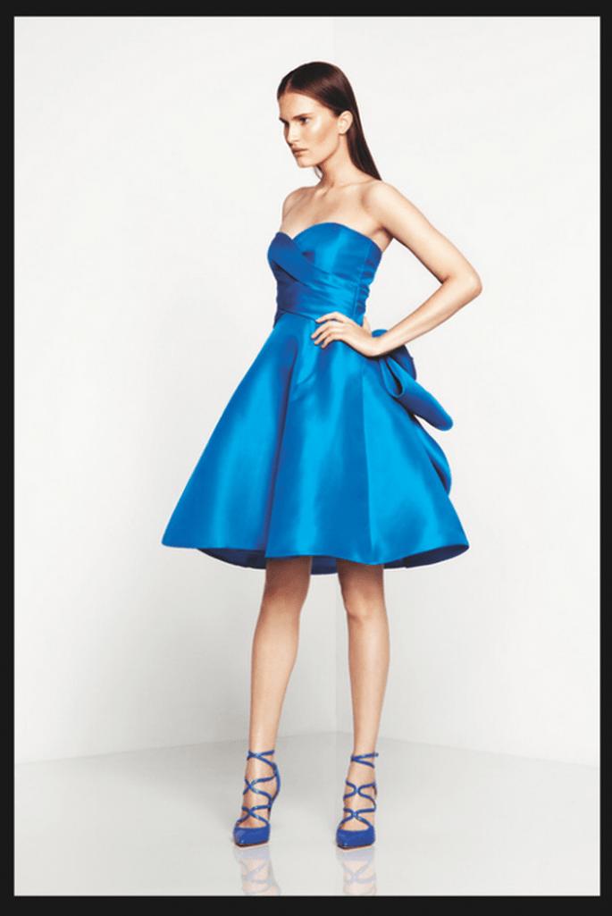 Vestido de fiesta en color azul con escote strapless y detalle de moño en la parte trasera - Foto Monique Lhuillier