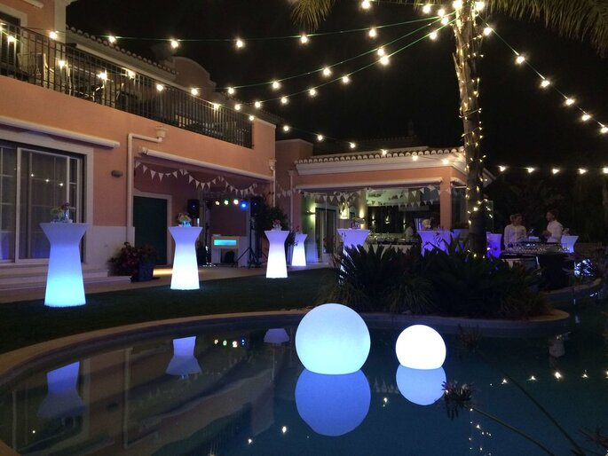 Festa de casamento perto da piscina