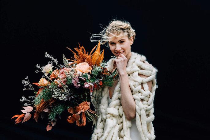 Bouquet de fleurs de mariage assorti à une robe de mariée simple