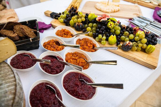 Confitures et fruits pour accompagner un buffet de fromages lors d'un mariage