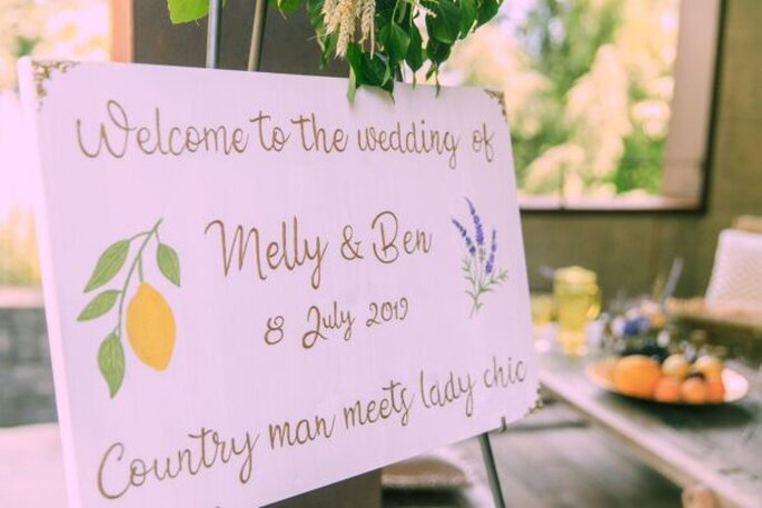 Selbst beschriebene Schilder bei der Hochzeit im Tessin.