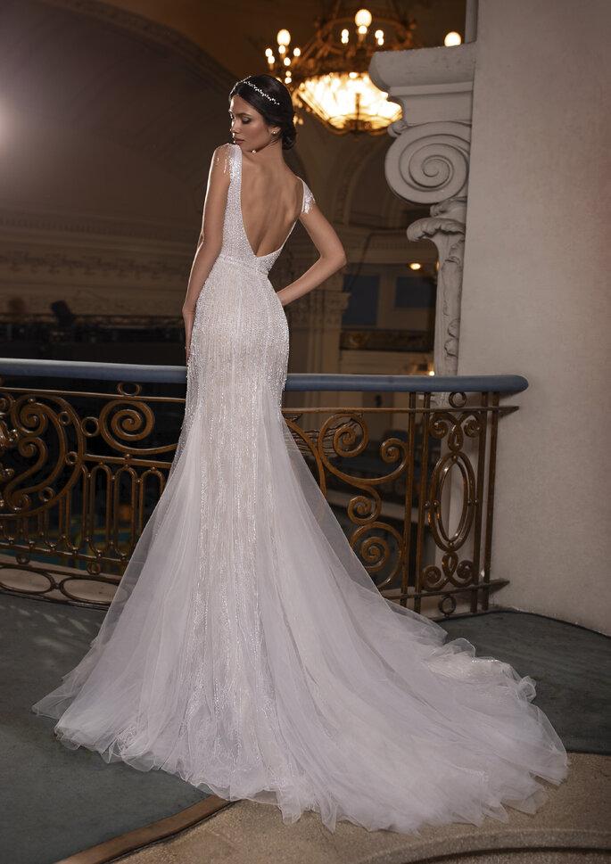 Glamoroso vestido de noiva corte sereia, com cauda, decote em V nas costas com transparências e pedraria bordada da coleção Pronovias Privée 2021