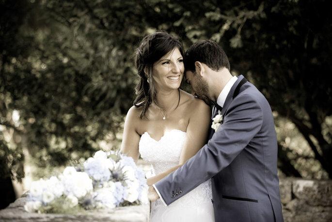 Photo de deux mariés complices
