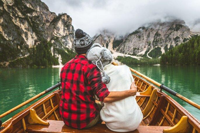 paar sitzt in einem boot
