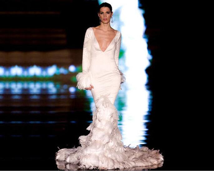 Spettacolare modello a sirena con piumaggio lungo e soffice: per un'ingresso di nozze da vera visione. Foto: Vicky Martin Berrocal
