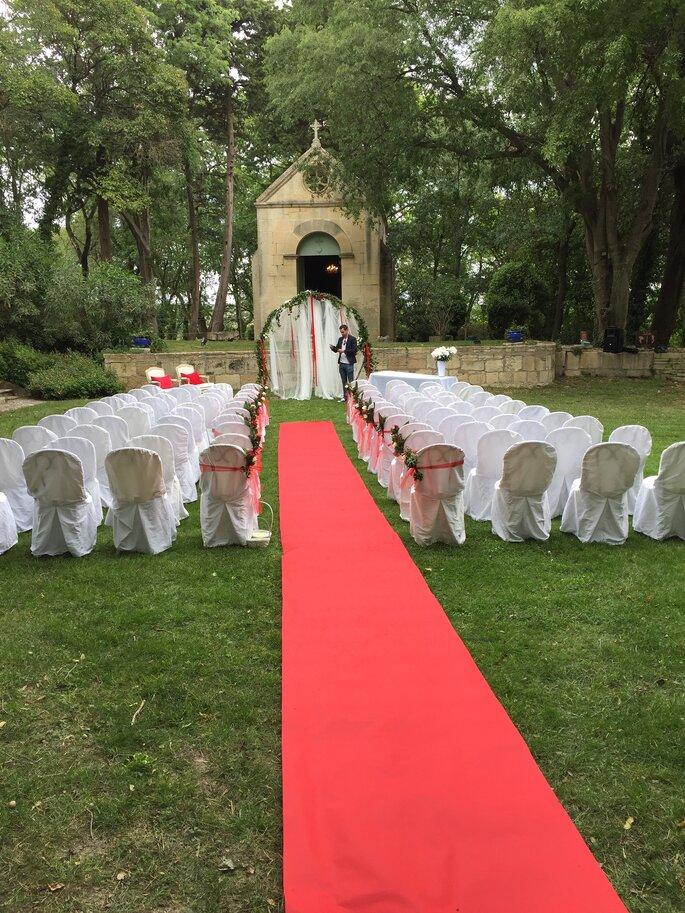 Une cérémonie laïque est organisée dans les jardins d'un Château