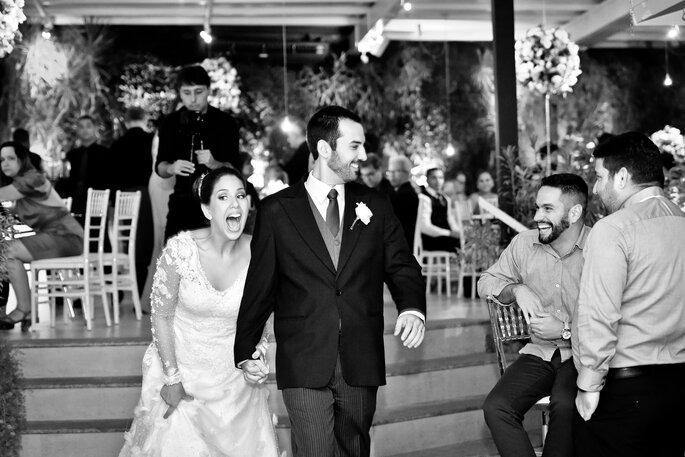 noivos chegam ao salão para festa de casamento