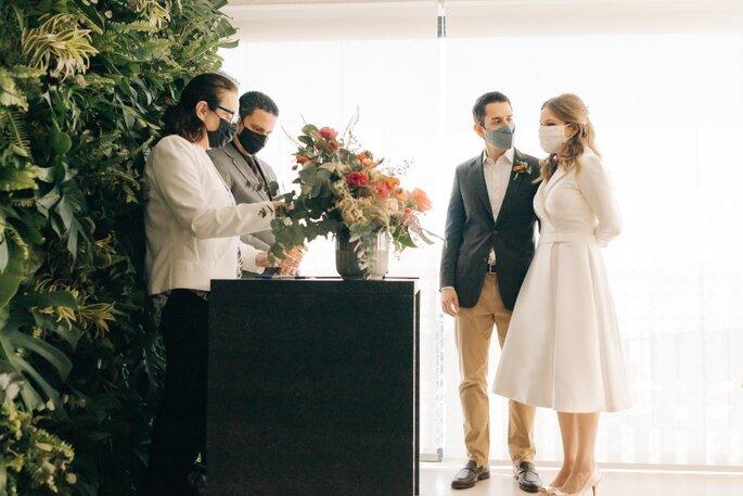 Casal casando no civil durante o Covid-19
