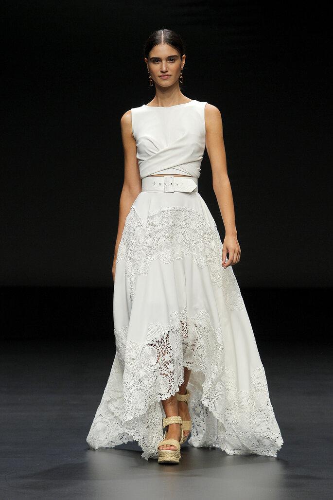 Colección Touch de Yolan Cris - Vestido de novia de dos piezas con cinturón en la falda de tul asimétrica
