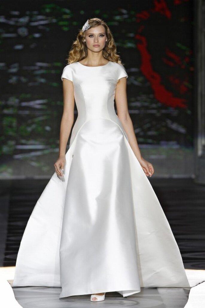 Vestido de novia con escote redondo Pronovias 2011