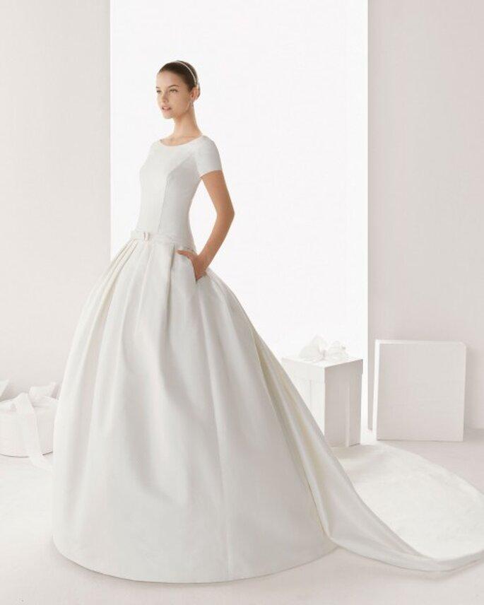 Vestido de novia con bolsas, mangas cortas y cauda larga - Foto Rosa Clará
