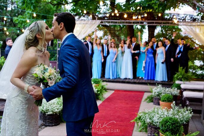 Beijo dos noivos após a cerimônia