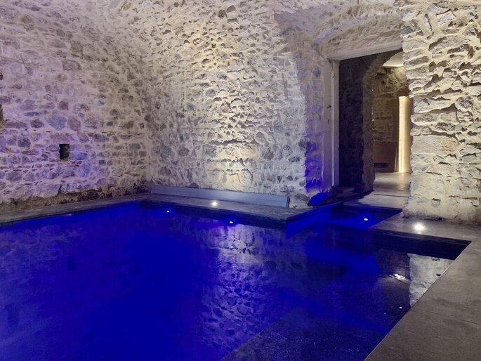 Lieu de réception avec une piscine intérieure où peuvent se baigner les invités d'un mariage