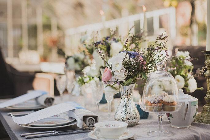 Château Les Carrasses - une table joliment dressée, décorée et fleurie