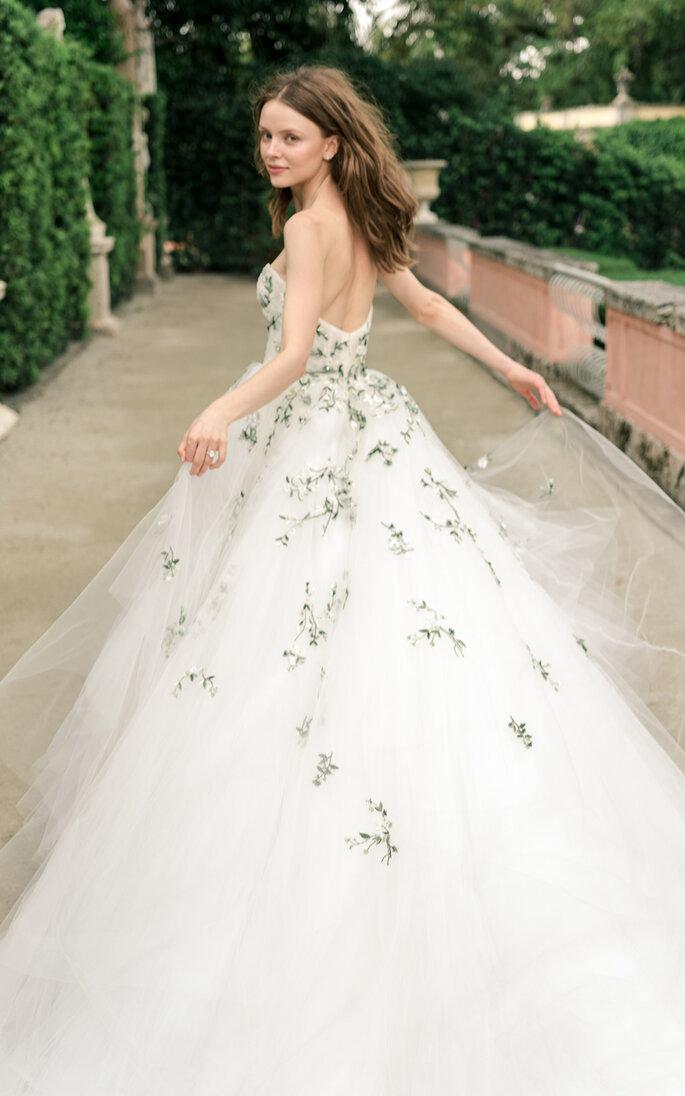 vestido de noiva branco com apontamentos florais em azul