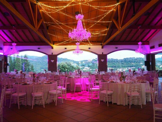 Salle de réception de mariage chaleureuse avec une superbe vue panoramique