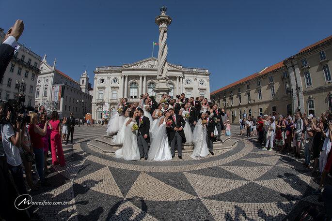 casais no casamento de Santo Antônio em Portugal