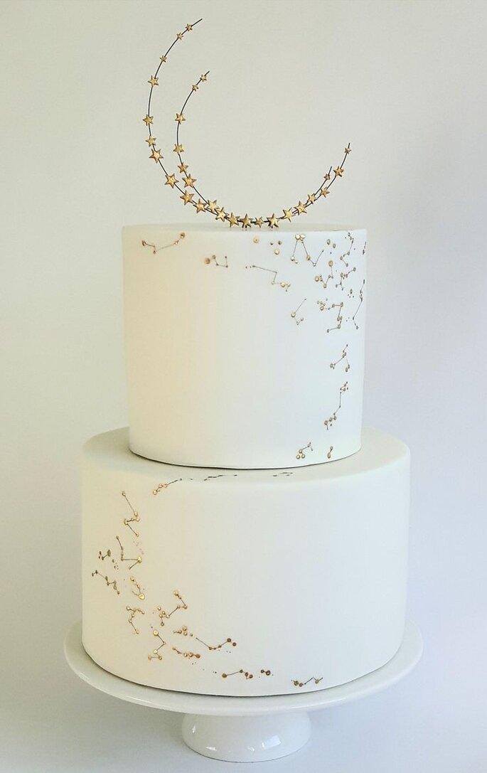 Hochzeitstorte in weiß, minimalistisch im Celestial Style mit Cake Topper Halbmond