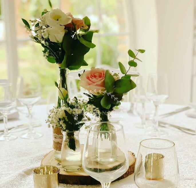 Bouquets de tables blanc et rose pour un mariage