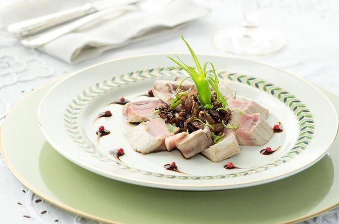 Rosbife de Atum com cebola caramelizada e redução de balsâmico. Saint Morit's Buffet & Eventos - Foto: Júlia Ribeiro
