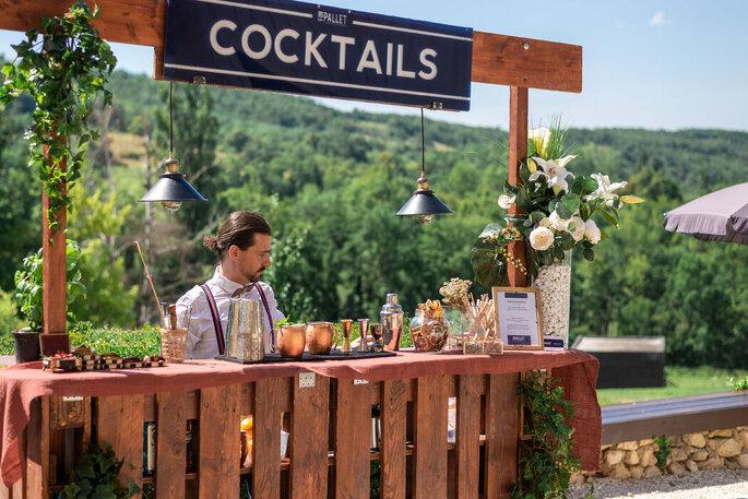 Bar à cocktails installé pour le vin d'honneur dans les jardins de la Bastide.