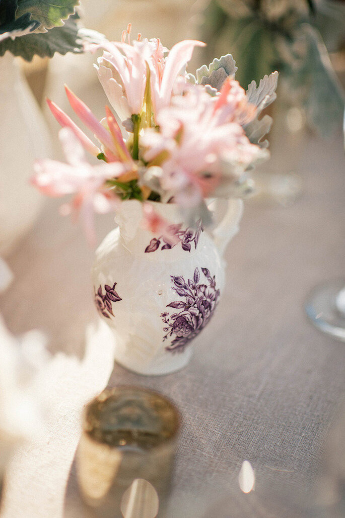 Apuesta por una decoración con jarras para tu boda - Foto Emily Blake