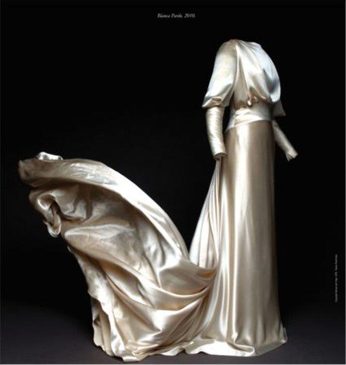 Vestido en crêpe satén de seda natural. Propiedad de Blanca Pardo, 6 de febrero de 2010.