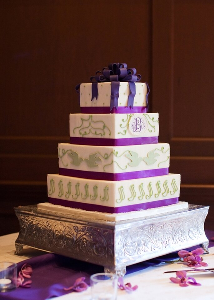 Wedding cake sur 4 étages de couleur violette et blanche. Photo: Style Me Pretty