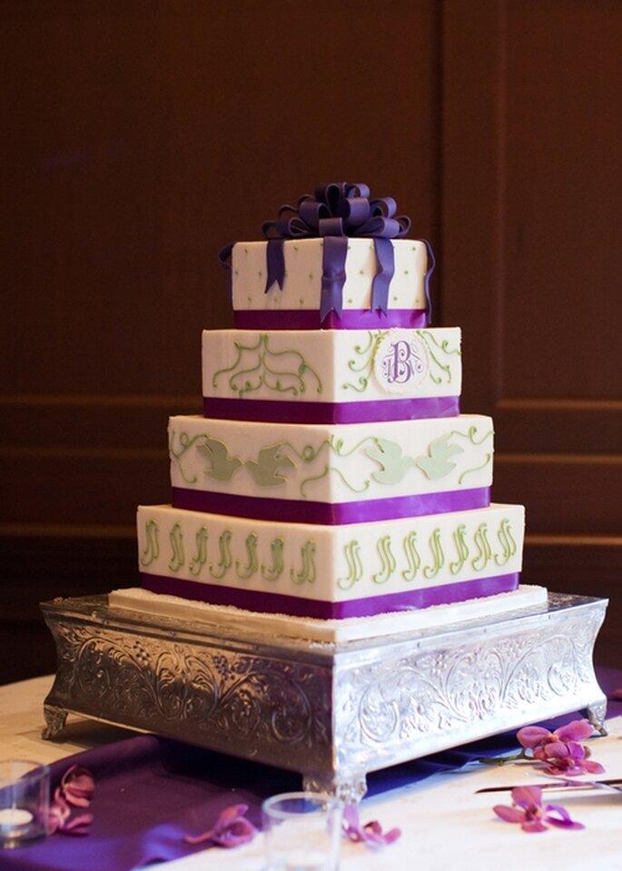 Wedding cake sur 4 étages de couleur violette et blanche. Photo: Style Me Pretty