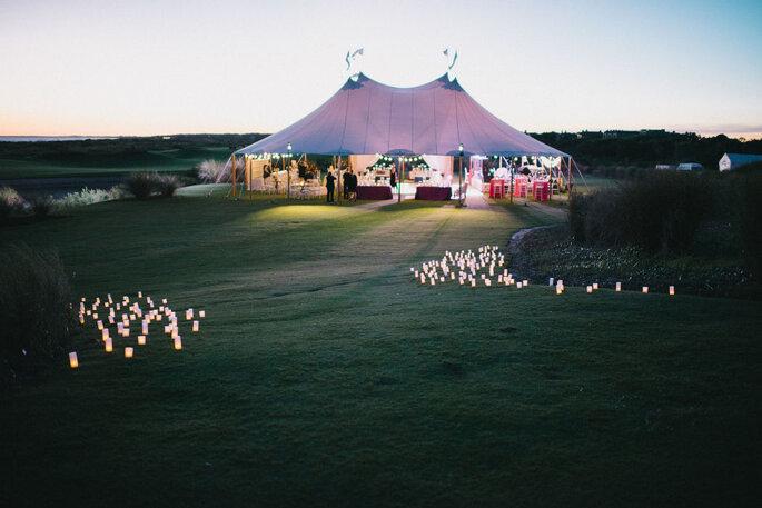 Un mariage sous une tente à la tombée de la nuit