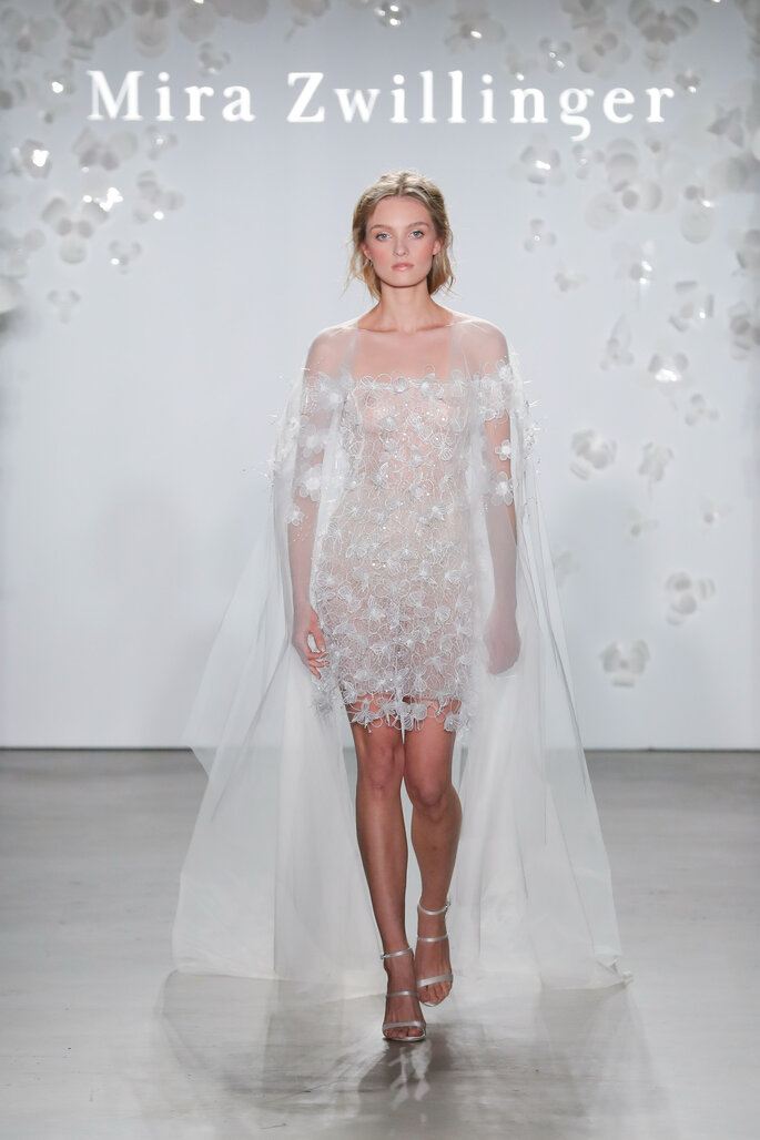 Vestido de novia corto con apliques 3D y capa desde los hombros