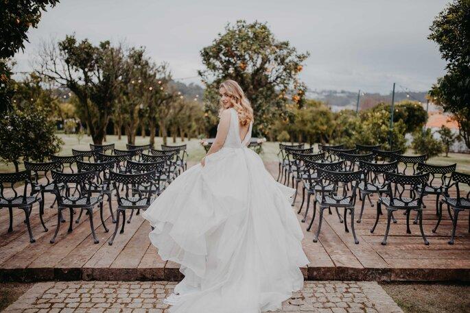 noiva vestido princesa jardins com cadeiras