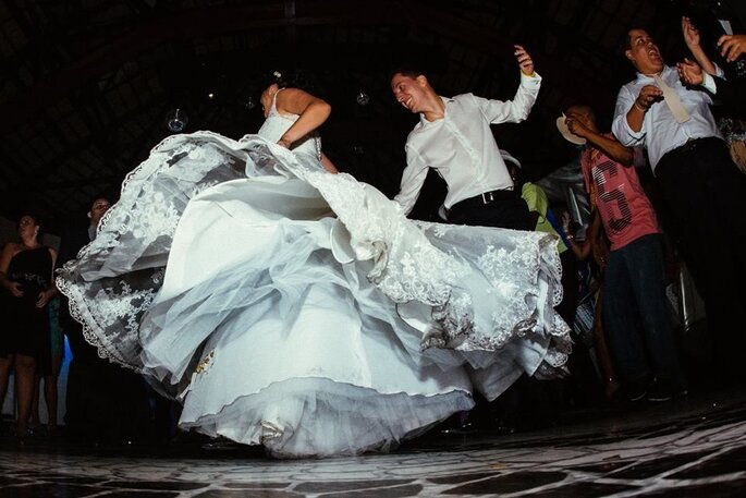noivos dançando festa