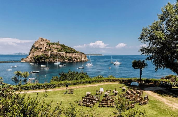 Cerimonia religiosa all'aperto con vista Ischia