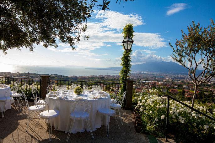 Tenuta Verdoliva - tavolo tondo bianco con vista
