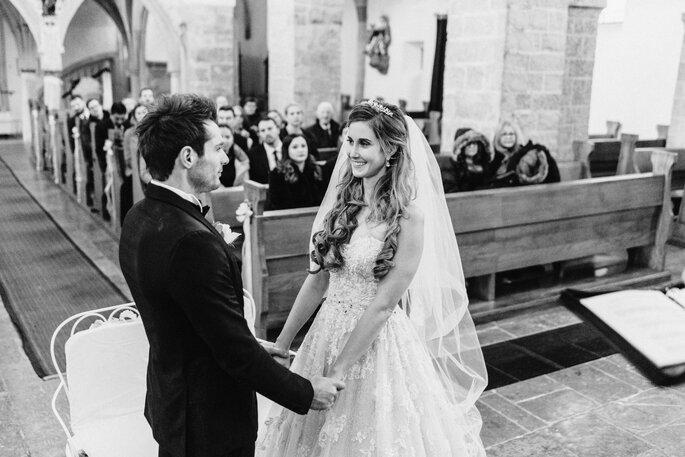 Kirchliche Trauung.Brautpaar vor Altar