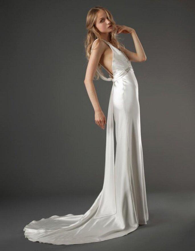 Vestido de novia romántico confeccionado en satén con cauda larga - Foto Elizabeth Fillmore