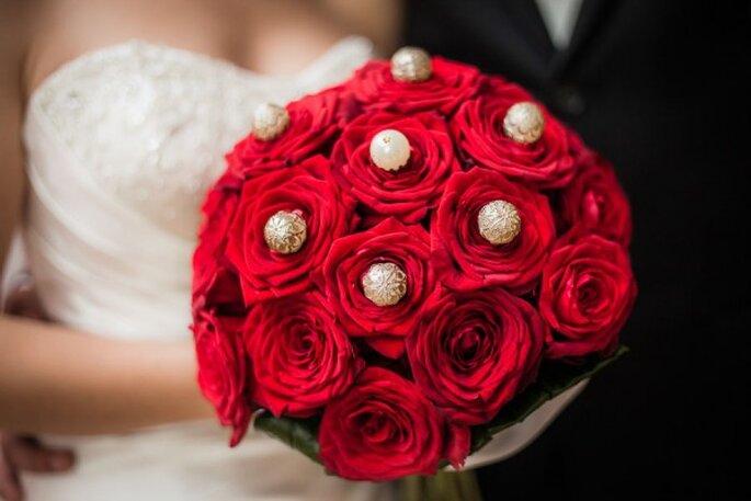 Czerwone róże z perłami na ślub. Zdjęcia ślubne.