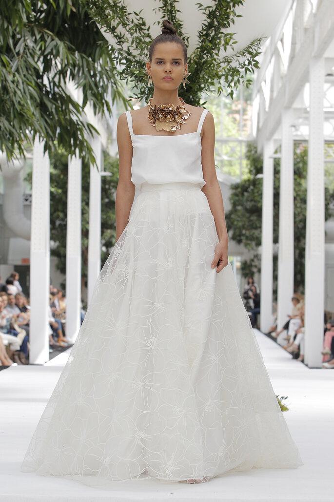 Vestido de novia dos piezas con blusa de tirantes y falda amplia