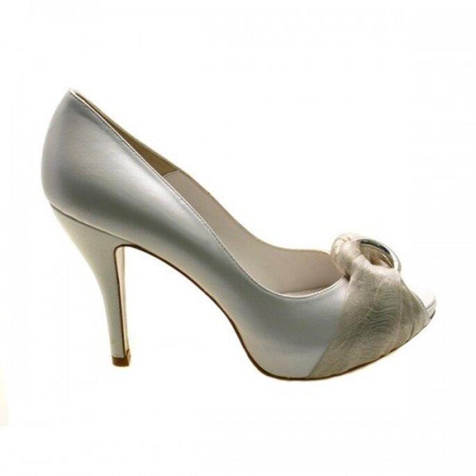 Zapato de novia con la punta abierta y argollas metalicas - Foto Sacha London