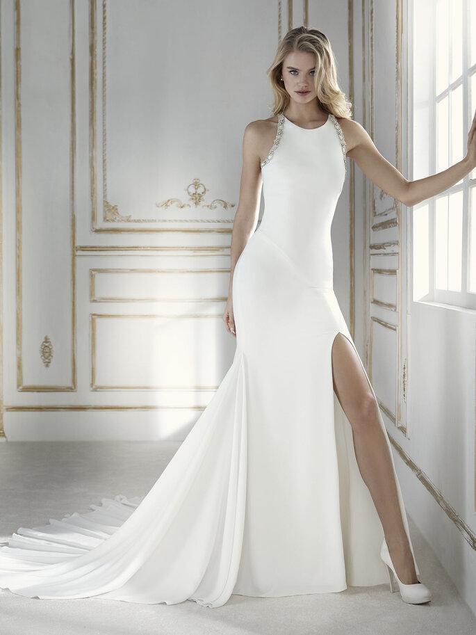 Robe de mariée simple avec une traîne